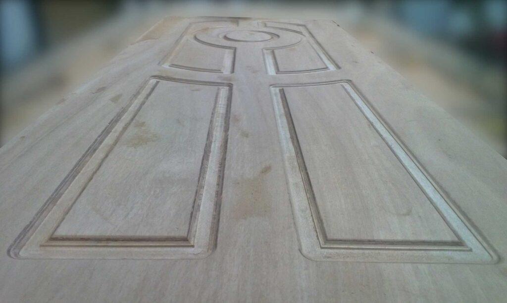 Porta in legno lavorata con fresa cnc Automa Pantografi, manifattura industriale