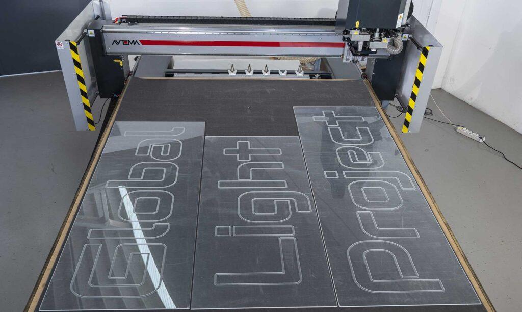 Produzione insegne plexiglass con pantografi italiani Automa