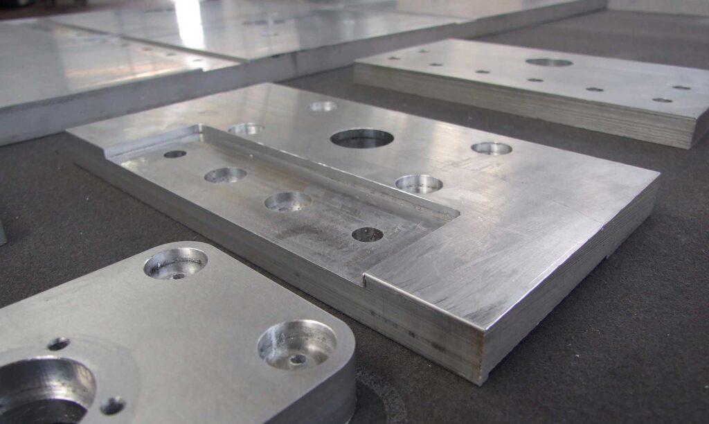 Piastre in alluminio lavorate con pantografi industriali made in Italy, Automa