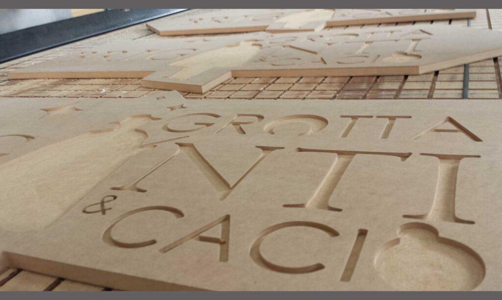 Insegna in legno lavorata con pantografo cnc Automa